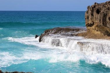 Fototapeta lazurowa woda spływająca ze skał fp 2023