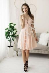 Krótka jasno różowa sukienka zdobiona perełkami na koronkowym dekolcie 1340