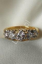 Posrebrzany pierścionek w złotym kolorze z kryształkami