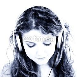Naklejka samoprzylepna piękna nastolatka słuchania słuchawek