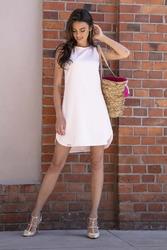 Pudrowa swobodna sukienka na lato z zaokrąglonymi dołem