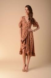 Kopertowa sukienka z wycięciem na ramionach - kamelowa
