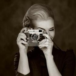 Fototapeta kobieta w klasycznej sukni z retro aparatu.