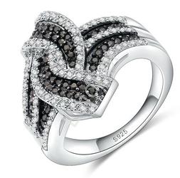 Pierścionek z czarnymi drobnymi kryształkami i cyrkoniami