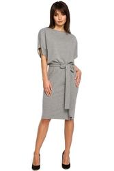 Szara sukienka przewiązana paskiem z nietoperzowym krótkim rękawem