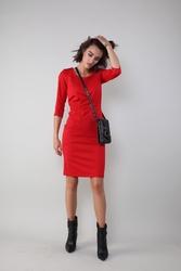 Czerwona dopasowana sukienka w sportowym stylu