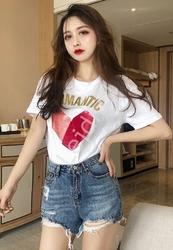 Biała koszulka damska z welwetowym metalicznym sercem i napisem romantic