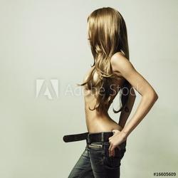 Naklejka samoprzylepna młoda zmysłowa kobieta w dżinsach