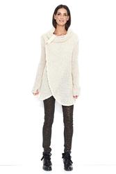 Beżowy luźny sweter z golfem z kopertowym dołem