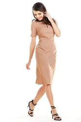 Kamelowa elegancka dopasowana midi sukienka z krótkim rękawem