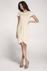 Beżowa elegancka dopasowana sukienka z kopertowym dołem