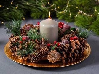 Wianek bożonarodzeniowy z szyszek  stroik świąteczny na stół i drzwi altom design z jabłkiem 30 cm