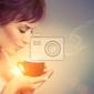 Fototapeta beautiful girl korzystających z kawy. kobieta z filiżanka gorącego napoju