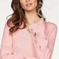 Jasno różowy sweterek z rozszerzanymi rękawami i haftowanymi kwiatami melrose