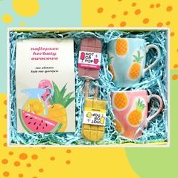 Zestaw prezentowy na wyjątkową okazję teabox najlepsze owocowe. zestaw 10 herbat owocowych o różnych smakach 10x 58g z zaparzaczem, dwa ananasowe kubki i dwa kolorowe lizaki czekoladowe
