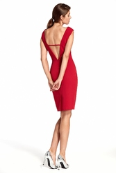 Czerwona obcisła sukienka z głębokim dekoltem na plecach