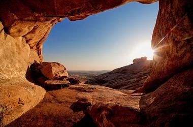 Grota na pustyni - fototapeta