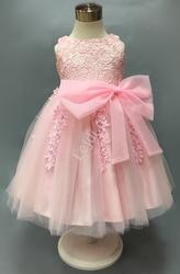 Przepiękna różowa sukienka dla dziewczynki, bogato zdobiona gipiurową koronką