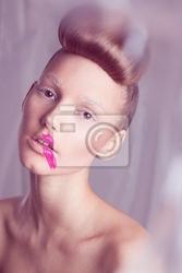 Obraz portret z bliska modelu z fryzura i różową szminką