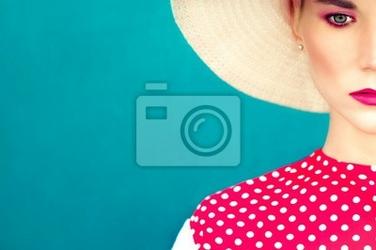 Obraz close-up portret retro dziewczyna na niebieskim tle