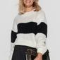 Sweter damski w paski ze ściągaczami - ecru z czarnym