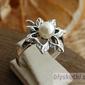 Livia - srebrny pierścionek z perłami
