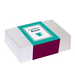 Zestaw prezentowy na wyjątkową okazję power box. zielone herbaty siła i mądrość, poręczny zaparzacz, aromatyczna świeca sojowa i przekąski w czekoladzie rzemieślniczej