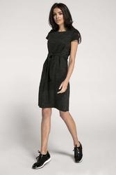 Dzianinowa czarna sukienka o kroju litery a z wbudowanym paskiem