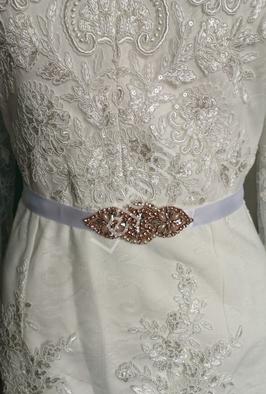 Biały pasek z małą elegancką kryształkową ozdobą z sztucznymi perełkami w okuciu w kolorze różowego złota 884