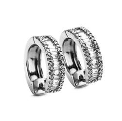 Staviori Kolczyki. 68 Diamentów, szlif brylantowy, masa 0,13 ct., barwa H-J, czystość SI2-I1. 28 Diamentów, szlif bagieta, masa 0,60 ct., barwa H-J, czystość SI2-I1. Białe Złoto 0,585. Wymiary 4x10 mm.