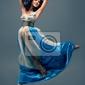 Obraz piękna dziewczyna pływających w powietrzu, niebieski jedwabiu suknia