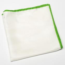 Elegancka biała poszetka jedwabna z zieloną obwódką