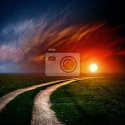 Obraz droga w polu z chmury i słońce zaszło