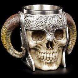 Kufel czaszka wikinga
