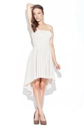 Modna sukienka z odkrytymi ramionami wydłuzonym tyłem  beżowa