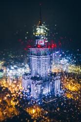Warszawa pałac kultury i nauki przez jesienne krople - plakat premium wymiar do wyboru: 21x29,7 cm