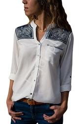 Biała koszula damska z granatowym wzorem na ramionach