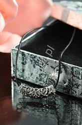 Naszyjnik z ażurową zawieszką i kryształkami