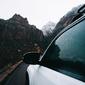 Fototapeta na ścianę biały samochód w górach fp 3668