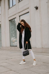 Czarny niezapinany sweter damski z przeszyciami