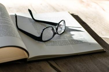 Fototapeta okulary leżące na otwartej książce fp 203