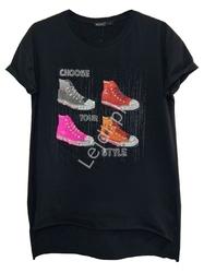 Czarny modny t-shirt z zdobionymi trampkami z kryształkami