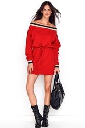 Czerwona dzianinowa sukienka z czarno-złotą lamówką