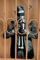 Fototapeta graffiti człowiek za kratami fp 1274