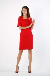 Czerwona dopasowana sukienka z dekoracyjną łezką na ramieniu