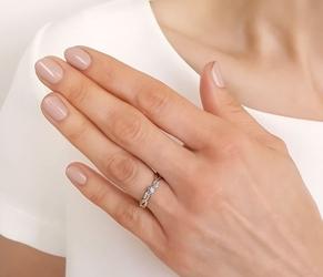 Pierścionek zaręczynowy z żółtego i białego złota z diamentami 0,09 ct wzór ap-7009zb