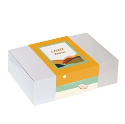 Zestaw prezentowy na wyjątkową okazję chillbox zapach kawy. zestaw 20 mielonych kaw w różnych smakach 20x 10g, kawa ziarnista czekoladowa 200g, sojowa świeca i czekoladki z wiśnią