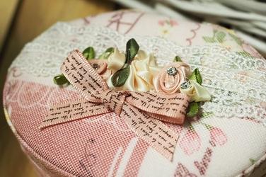 Szkatułka owalna na biżuterię 12 x 9 x 6 cm róże