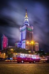Warszawa pałac kultury z ikarusem - plakat premium wymiar do wyboru: 59,4x84,1 cm