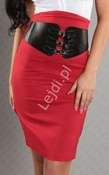Czerwona spódnica ołówkowa z czarnym szerokim paskiem